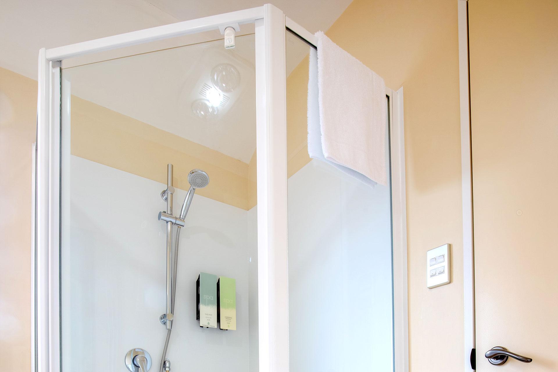Studio_Unit_shower1