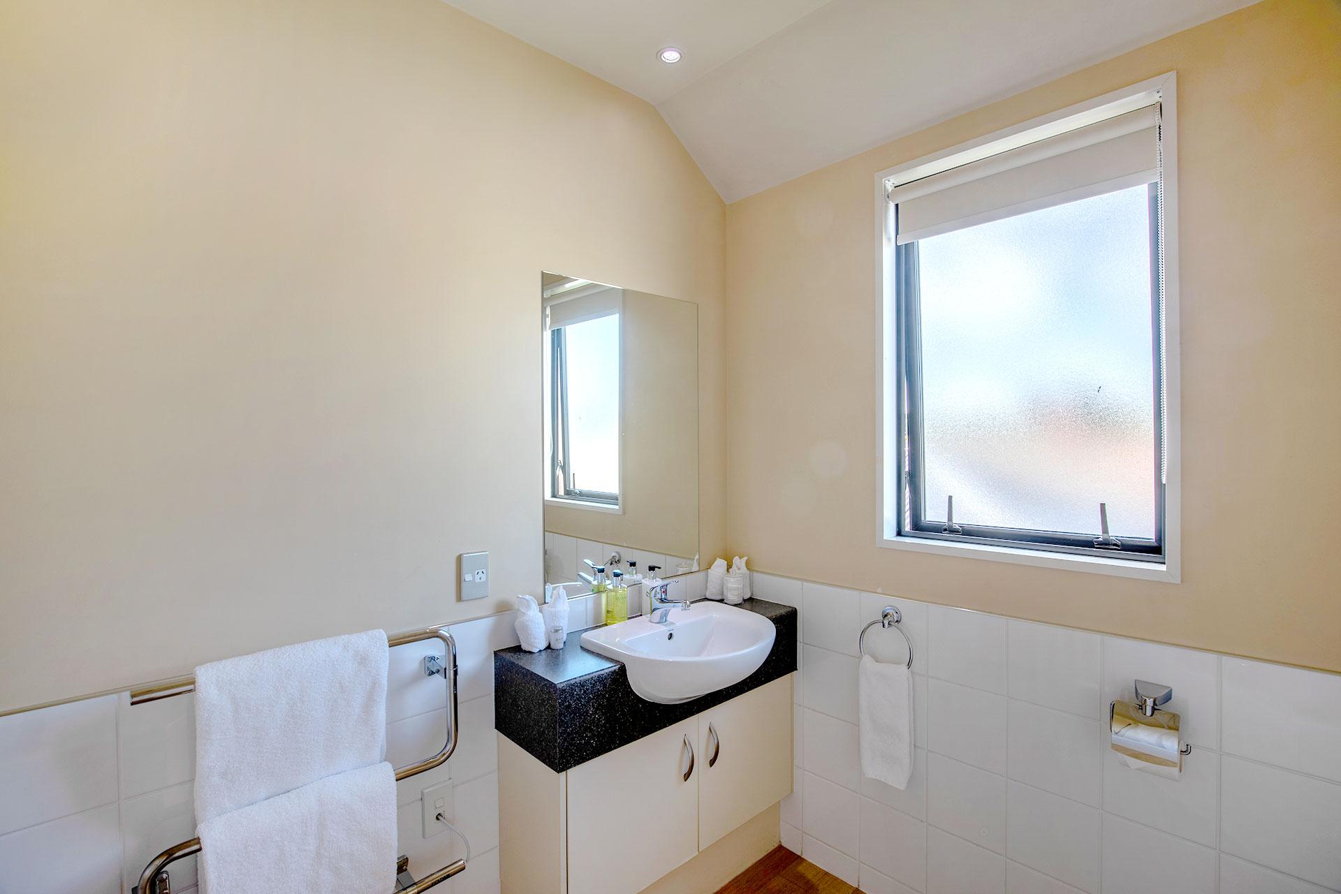 one-bedroom-spa-bath-apartment_bed_bathroom