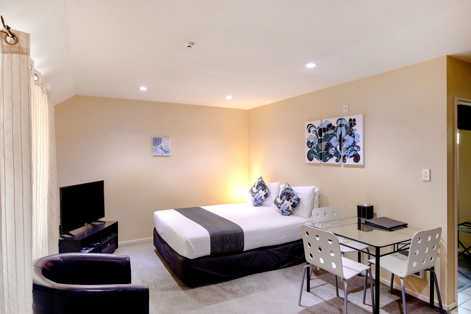 one-bedroom-spa-bath-apartment_bed_lounge