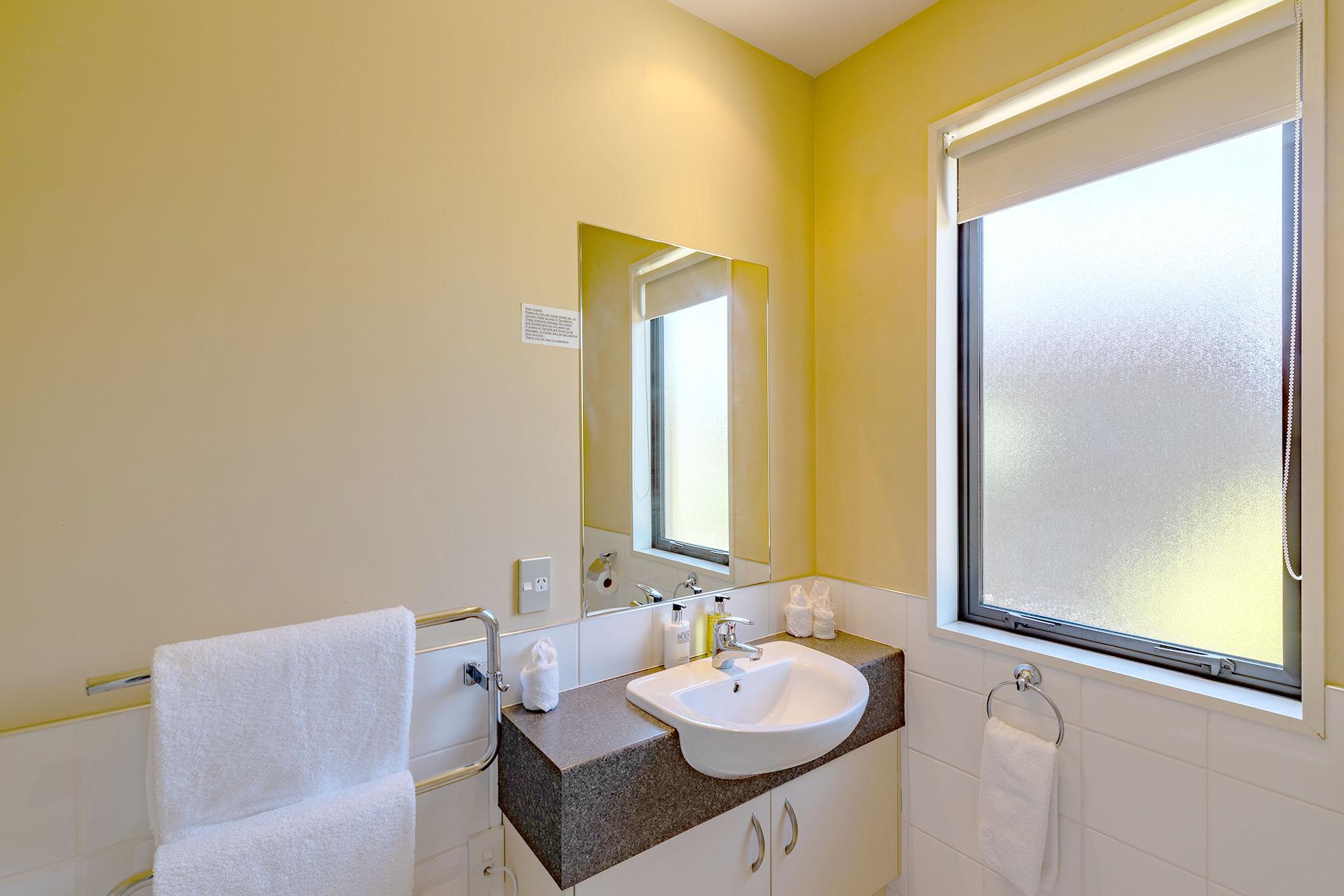 one_bedroom_apartment_bathroom