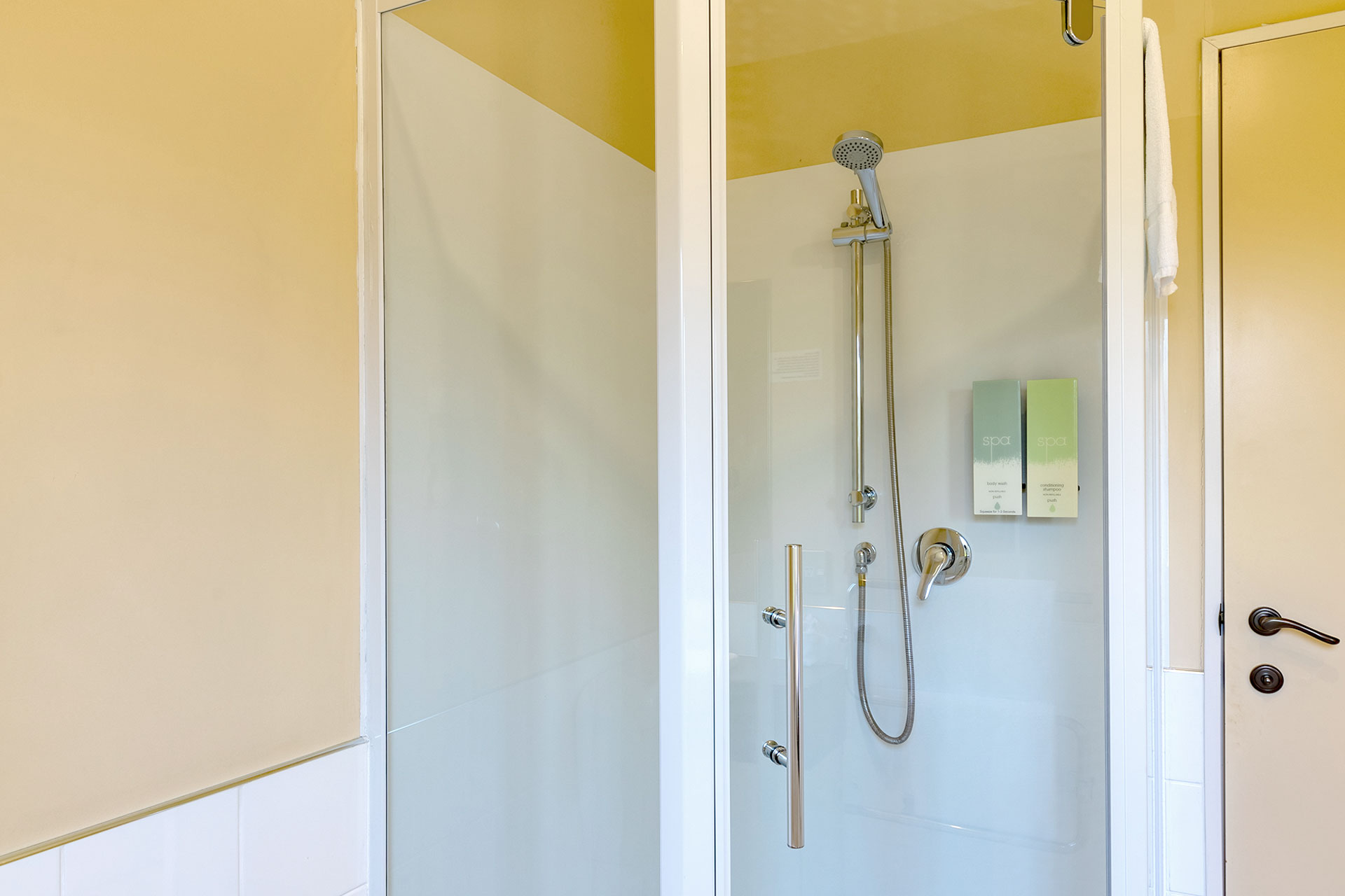 one_bedroom_apartment_shower